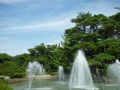 """白つつじ公園 ( 松ヶ池公園 )   親水空間も ぬかりなく。  でも、その""""勢い""""が 空虚のように  人の姿はなく…、""""涼""""を ひとり占め〜  花盛りには賑わうのかな。  公園脇には、皇大神社もあって(江戸期、伊勢の皇大神社より勧請)。"""