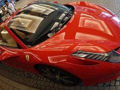 フェラーリ(正式会社名:Ferrari S.p.A)は、イタリア国モデナ県マラネッロという場所に本社があります。  ●売上高  約2500億円  ●従業員数 約3000人  規模の企業となります。   マラネッロという街は、人口1万7000人たらず。ミラノからは二時間で行けます。 住民の2割弱がフェラーリで働いているといえます。