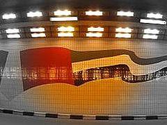 トンネルの中にドバイの旗模様。