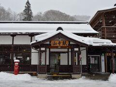 この建物が、JR仙山線の山寺駅です。  ここからは、徒歩で山寺を目指します。