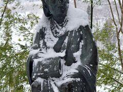 芭蕉像 松尾芭蕉が、当初予定に無かったこの地を訪れたのは1689年のことです。