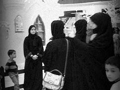 【ドバイモール】  ガウン(アバヤabaya)やベール(ニカーブniqab)を着た女性達が、西洋式のお祝い事クリスマスに華やいでいます。