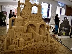 【ドバイモール】  砂上の楼閣..  まさに....そのものです。  決して....ドバイの事ではありません。笑