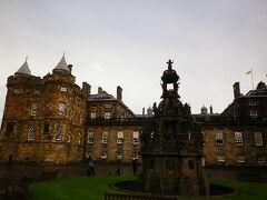 ホリールードハウス宮殿。 建物の中は撮影禁止でしたが、入口の前庭は撮影可能。  着いた時は雨が降っていたんですが、出る頃には青空が!