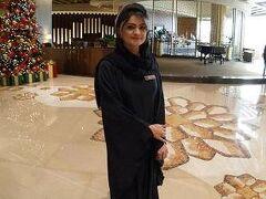 この方は....魔女ではありません.....。          ................コスプレでもありません。   真剣にホテルのスタッフです。  イスラム国家の象徴的 女性の標準衣装でございます。   うううっ....何度見ても違和感が.......