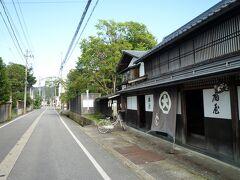 丸大扇屋   小桜館から自転車ですぐの、商家・丸大扇屋へ。  長井には かつて、最上川の水運拠点が二箇所あり   そのひとつが 写真奥に(宮船着場)。  この通りは、メインストリートだったそう。