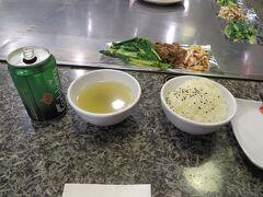 台湾風の、目の前で焼いてくれるバーベキューのお店があったので入りました。  お野菜と選択した主菜、ご飯とスープで55香港ドルぐらいから。  ビーフとエビイカのセットを食べて88香港ドルでした。  その横の泡の出る麦茶は20香港ドルぐらい。 香港は麦茶安いです(笑)