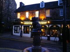 博物館から近くのボビーの像。 4時ぐらい。もう暗くなってきました。