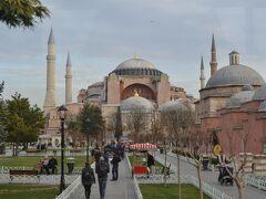 それでは、最終日の観光が始まります。  初日にも見たブルーモスク。