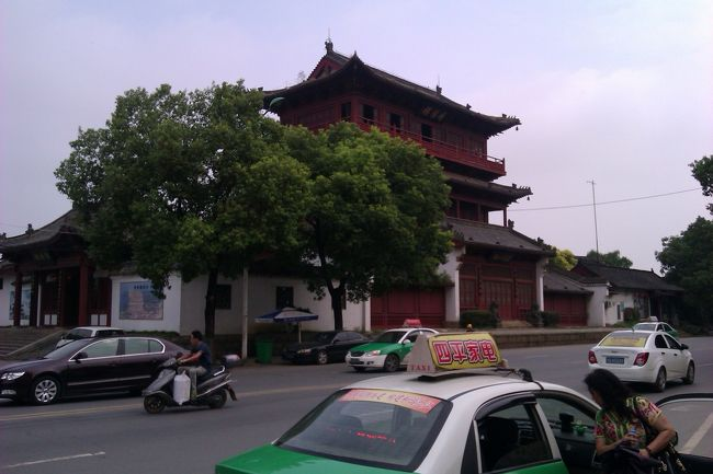 こちらは潯陽楼です。水滸伝にも登場する歴史ある建物ですが、残念ながら現在の建物は30年前ぐらいに再建されたものだそうで残念です。ただ20元払えば、建物の上から長江が間近に見えますので行ってみましょう。