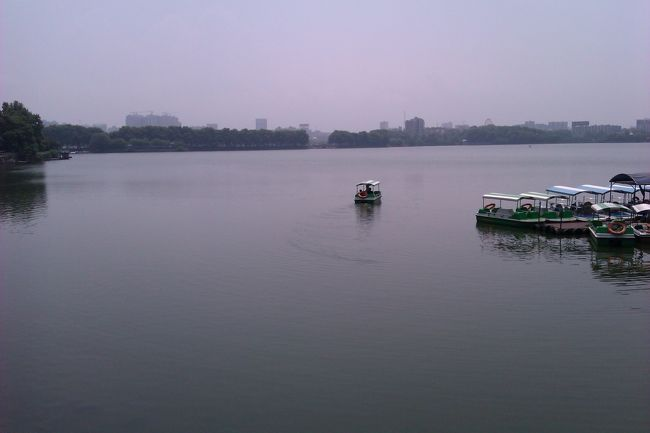 九江市内の甘棠湖です。この湖と隣接して南湖という広い湖もあります。長江流域とあって、蘇州などと同様、水と緑が多い都市です。