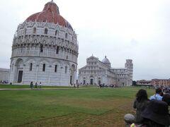 手前から、洗礼堂、ドゥオーモ、鐘楼(斜塔)です。  傾いているのは斜塔だけだと思っていましたが、どの建物も全部傾いていました。