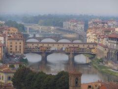 同じ場所から、ヴェッキオ橋を18倍の最大倍率で撮りました。