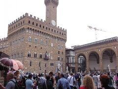 ドゥオーモの見学後は、ウッフィツィ美術館に行くため、シニョーリア広場に行きました。  塔のある建物がヴェッキオ宮、右の彫刻が入っている屋根だけの建物がランツィのロッジアです。ランツィのロッジアは、なんだか判りません。  ウッフィツィ美術館は、クレーンの辺りです。