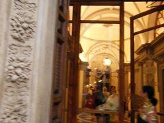 この後、お約束の皮革製品屋の見学の後、夕飯までの2時間ほど自由時間になりました。  ローマでご一緒する人達と一緒に、写真のサンタ・マリア・ノヴェッラ薬局とアーモイタリアーノが紹介している革製品屋の2カ所を廻ってきました。  サンタ・マリア・ノヴェッラ薬局の品はどれも高いし、何を選んだらよいのか判らないので、お土産は無料の日本語のパンフレットだけにしました。  店内は、さすがに立派でしたので、見るだけでも行く価値があります。