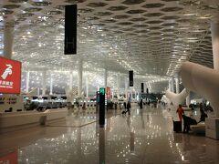 今回は深セン発のエアアジア便でバンコクへ。片道の飛行機代は手数料込みでピッタリ500元(約8500円)。 広州の外れにあるうちからバスで隣町の石龍へ。石龍から深セン空港までは直行の高速バスで2時間くらいです。深セン空港はちょうど1か月ほど前に新ターミナルT3が完成。(従来のターミナルA.Bは廃止)確かにきれいなんだけど、バカでかくてエネルギー浪費の見本のようなターミナルです。今どきこんなものを新たに作るとは…