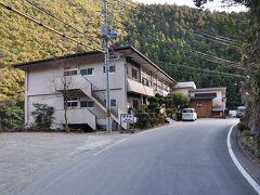 山水さんです。webで予約しました。当初は十津川温泉の町中にしたかったのですが、空室のある旅館が僅かしかなくその中で一番料理がおいしそうなこちらに決めました。