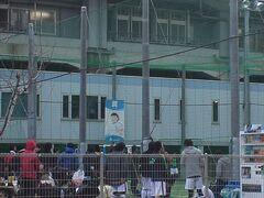 待ち合わせの 新大阪駅を出ると キャプテン翼スタジアムがあった