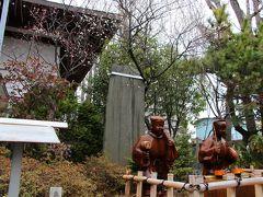 """次に向かった東覚寺の弁財天も、祠の扉は閉まったまま。 """"コレって、七福神めぐりと云うのだろうか""""という疑問が再び頭の中を駆け巡る。  ようやく七福神の神様にお目にかかることができたのは、香取神社(写真)。 香取神社には、七福神の神様がお二人。 五穀豊穣の神様の恵比寿神と大国主命でもある大黒神(大黒天)。 恵比寿と云えばビールの図柄の方が有名かもしれない。  このお二人の神様は、頭から足先まで水でしっとりと濡れている。 その理由は、痛みの治癒のため。 躰に痛いところがあるならば、お二人のその部分に水をかけて回復を祈願すると痛みが消えるそうだ。  香取神社はスポーツの神様でもある。 境内の灰色の小石の中から白い小石を探しだし、勝運袋に入れて参拝すると勝機に恵まれると云われている。  白の小石を探すのは、そんなに大変ではない。 探しやすいように灰色の砂利の上にポツン・ポツンと小石が転がっている。 う〜ん。コレはどう見ても白の小石を朝に撒きましたね…という感じ。  2月の香取神社は梅の花でも有名。 今年は雪が降る日が多く寒かった為、梅の花の開花は遅れ気味。 この日は、まだ咲き始めたばかりだったが、梅の花の周りの空気はかすかに春の香り。"""