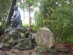 宝物殿の向かいあたりに、芭蕉の像と有名な「閑さや岩にしみ入る蝉の声」の句碑があります。