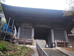 山の上の方に仁王門がそびえます。 この先に、お堂がいくつか建っています。