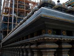 ワット・マハー・ウマ・テーウィー Wat Prasri Maha Umathewee (Wat Khaek)   シーロム通りとパン通りの角にある小さなヒンドゥー寺院。 塔は修復中のようです。
