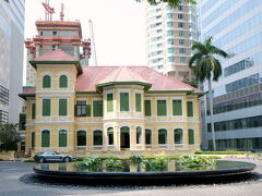 W Bangkok Hotel   高層ビルの谷間に小さな洋館。