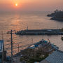 目の前の富戸港はすでに海の男達が定置網漁でとれた魚を陸揚げしていた。 まさに夜明けとともに(もしかしたら夜明け前から?)汗を流していたようだ。 「日の出と海の男達」とがひとつのアングルに収まる素敵なロケーションだった。