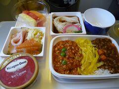 機内食。 プレミアムエコノミーってことで、特別なことを期待していましたが、JALでは、通常のエコノミーと同じでした。 ちゃんちゃん。