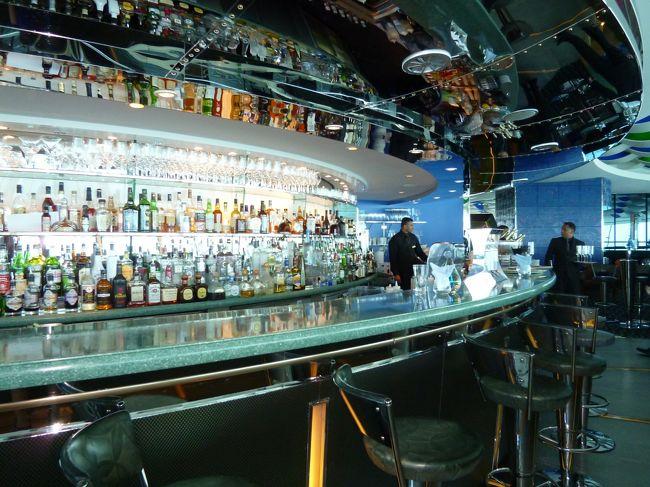 レストランの中はこのような感じにBARもあります。<br /><br />夜お酒を飲みに来てみたいなー。