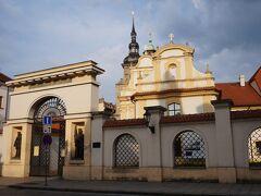 共和国広場を離れて南へ。 ふと左手を見ると聖母被昇天教会がありました。