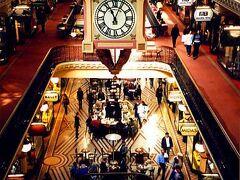 QVBと呼ばれる百貨店のような建物。かなり豪華な造りになっていて、エレベーターはヨーロッパでもなかなかいることのできない旧式のもので、それを体験するだけでもここに行く価値はあった。