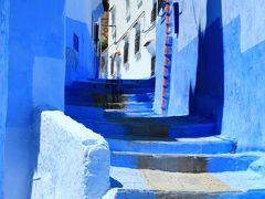 そして、外壁にある門の一つから中へ入ると、青の世界がいきなり広がっていました。 外から見る限りここまで青いと思いませんでしたので、驚きの声を上げてしまいました。