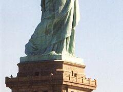 ニューヨークといえば、いや、アメリカといえば、最初にこれを思い浮かべる人が多いのではないだろうか。 「自由の女神」。 ラスベガスのホテル、「ニューヨークニューヨーク」の前に立っている2分の1サイズのを先に見ていたせいもあってか、予想していたよりは小さいな、というのが正直な感想。この女神様、昔は灯台の代わりをしていたことは有名な話。