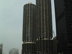 """そしてこの写真は通称""""とうもろこし""""で、見たまんまの名前。 正式には「マリーナ・シティ」といい、上がアパート、下のほうが駐車場となっている。これがアパートとは信じられない!"""