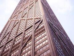 自分は「ジョン・ハンコック・センター」という全米第5位、シカゴでは第3位の高層ビルに登った。上に登って、驚いたのが、金網だけで吹きっさらしの展望台があったこと。