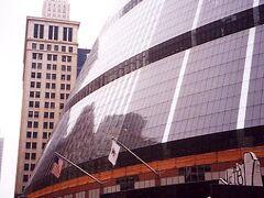 「ジェームズ・R・トンプソン・センター」。円筒を4分の1に切ったような形をしており、建物全体がガラスで覆われている。
