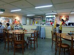 で、お腹が減ってきたのでマリーナスクエアの威南記(WEE NAM KEE)へ。 こちらはシンガポールの地元の人が選ぶチキンライスNo.1のお店だそうです。