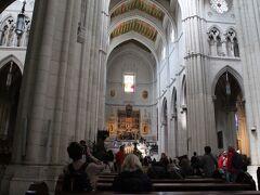 アルムデナ大聖堂の内部。  前回入れなかったのでうれしい。
