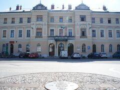 ノヴァ・ゴリツァ駅(Nova Gorica)と国境の印とトランスアルピナ広場(Piazza Transalpina)