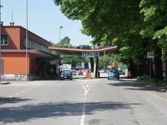 ロザ・ドリナ国境(Rozna Dolina)とヴィパースカ通り(Vipavska cesta) スロヴェニア側には、イタリアの表示があります。