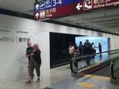 飛行機は、上へ下へと揺れまくりながらも、何とか香港に到着。  この日は、香港を発着する、全ての便が、ディレイに。 なもんで、空港中、大混乱。 エアコンは効いているのに、たくさんの人が慌ただしく動きまくっているため、空港内は、凄く暑く、汗ダクダク、写真のラウンジに逃げ込みました。 ラウンジでは、イライラに耐え切れず、プッツンした客が、FワードやSワードを機関銃のように連発。周囲は、ただただ、苦笑いするしか、ありませんでした。  あっしですか? 映画でしか見たことがない場面に初めて遭遇し、少しだけ、楽しんでおりましたが、何か?