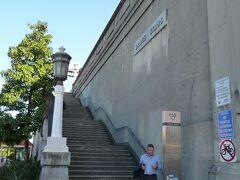 """ミルソンズポイント駅そばの階段、""""Bridge Stairs""""を上ると…"""