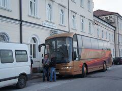 ポストイナ駅前のバス発着場 5:25コーペル〜6:48ポストイナの鉄道の代替バスに乗り、ポストイナへ着きました。  ・スロヴェニア唯一の貿易港コーペル  http://4travel.jp/travelogue/10897403