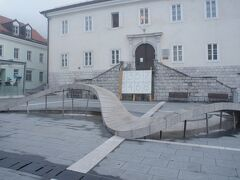 観光案内を行うコンパス・ポストイナ(KOMPAS Postojna)とティトフ広場(Titov trg)と噴水