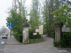 ポストイナの林業・木材加工・スクール(SGLS Postojna)の入り口とトゥルザスカ通り(Tržaška cesta) SGLS Postojna(Srednja gozdarska in lesarska šola Postojna)  http://www.sgls.si/