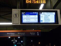 いよいよ、帰国の日。 朝7時半の飛行機に乗るため、ミルソンズポイント(Milsons Point)駅から始発電車に乗ります。