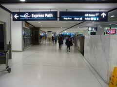 空港に到着、チェックインを終え、出国審査に。 ビジネスクラス以上の乗客専用の出国ゲート、Express Pathにて、スムーズに出国手続き。