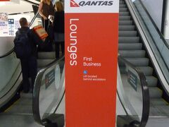 出国手続き後、ラウンジに。 オーストラリアと出会ってからずっと憧れてきた、カンタスクラブ(The Qantas Club)です。 カンタスも、キャセイやJALと同じワンワールドのメンバーなので、羽田や成田のサクララウンジと同じく、利用可です。