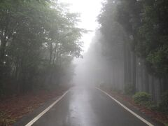 霧に霞む道路……雰囲気でているです。